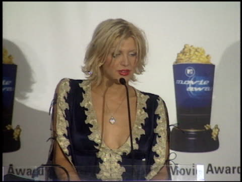 stockvideo's en b-roll-footage met courtney love at the 1999 mtv movie awards press room at barker hanger in santa monica california on june 5 1999 - courtney love
