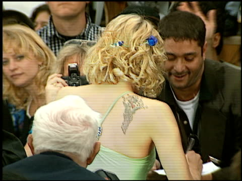 stockvideo's en b-roll-footage met courtney love at the 'batman and robin' premiere on june 12 1997 - courtney love