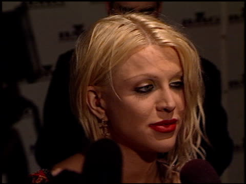 vídeos de stock e filmes b-roll de courtney love at the bmg grammy awards party at miracle mile wilshire in los angeles, california on february 21, 2001. - milagres