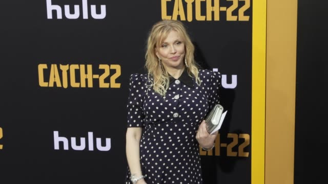 courtney love at the u.s. premiere of hulu's 'catch-22 at tcl chinese theatre on may 07, 2019 in hollywood, california. - コートニー・ラブ点の映像素材/bロール