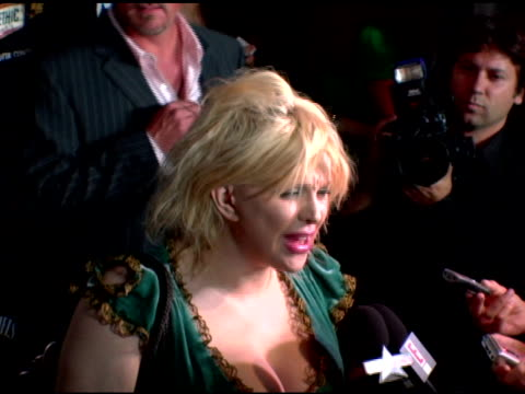 stockvideo's en b-roll-footage met courtney love being interviewed by the press at the rokbar hollywood launch party at rokbar in hollywood california on june 30 2005 - courtney love