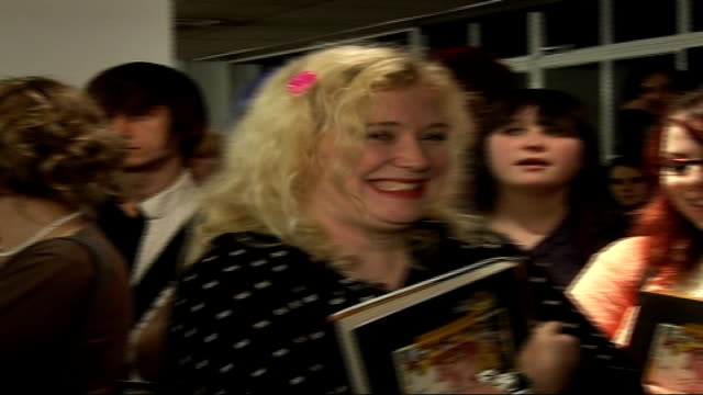 stockvideo's en b-roll-footage met courtney love book signing and interview **intermittent vars fans queueing at book signing/ vars courtney love enters room to applause and poses for... - courtney love