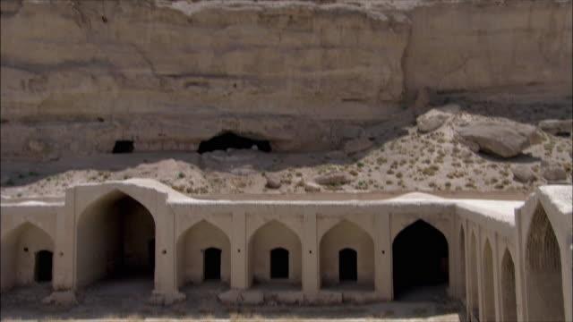 ws ha tu td courtyard of caravanserai and rock formation, iran - inn stock videos & royalty-free footage