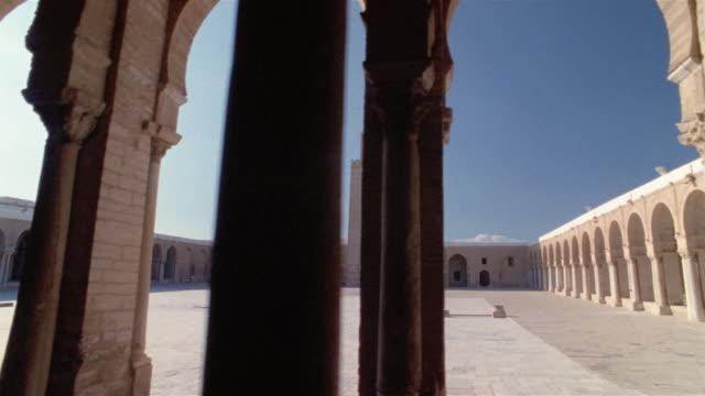vídeos de stock e filmes b-roll de ds, courtyard seen through colonnade in mosque of uqba, kairuan, tunisia - por volta do século 7 dc
