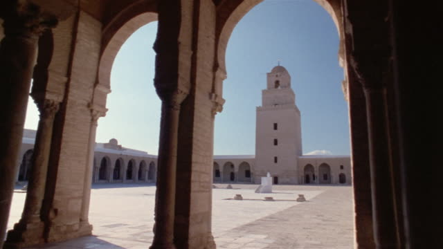 ds, courtyard seen through colonnade in mosque of uqba, kairuan, tunisia - minaret bildbanksvideor och videomaterial från bakom kulisserna