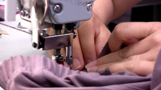stockvideo's en b-roll-footage met couturiere - menselijke vinger