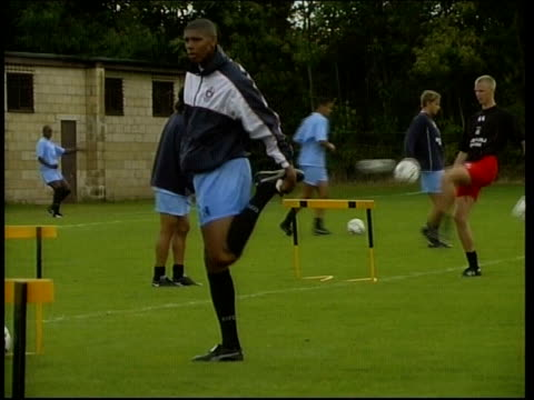 coventry city players training england coventry ext coventry city football squad training / players juggling footballs / carlton palmer doing... - ゴードン ストラハン点の映像素材/bロール