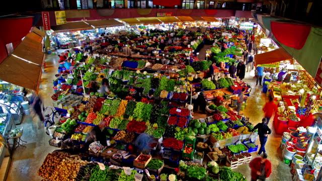 vídeos de stock e filmes b-roll de a covered bazaar - mercado de produtos agrícolas