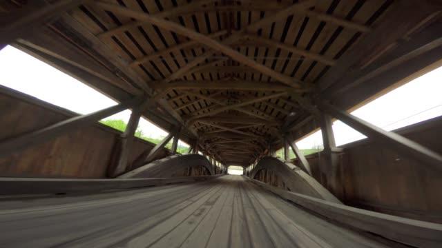 Überdachte Brücke fahren Vermont. Ungewöhnliche Winkel