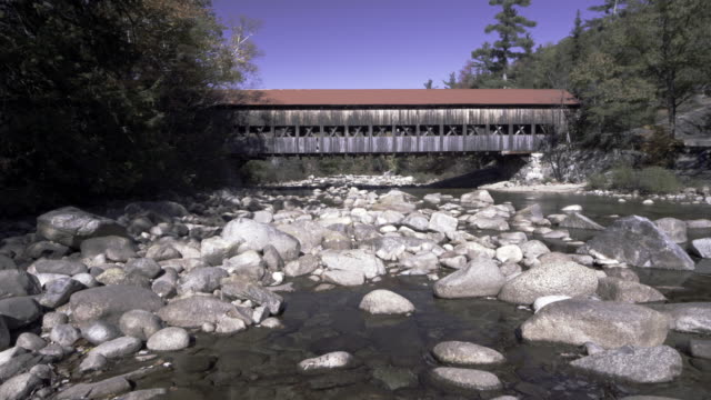 covered bridge in new hampshire in the autumn - überdachte brücke brücke stock-videos und b-roll-filmmaterial