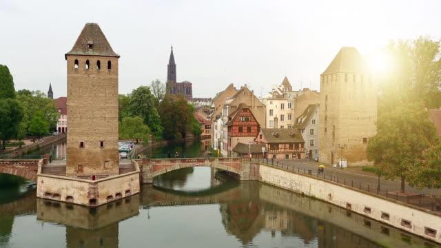 überdachte brücken in straßburg - straßburg stock-videos und b-roll-filmmaterial