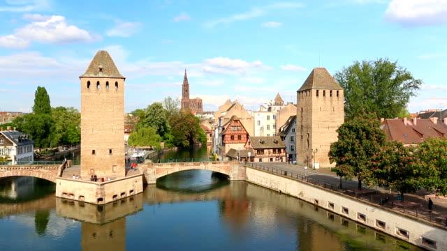 vídeos de stock e filmes b-roll de covered bridges in strasbourg - estrasburgo