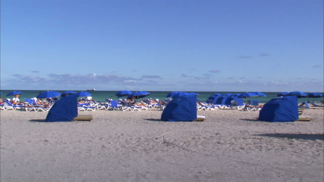 stockvideo's en b-roll-footage met ws covered chairs on beach / miami, florida, usa - atlantische oceaan