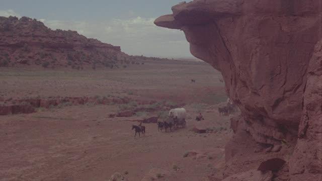stockvideo's en b-roll-footage met covered wagons r-l, kanab, utah - western usa