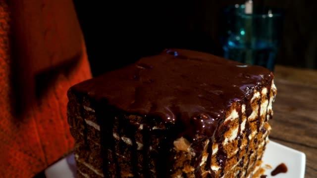 vídeos y material grabado en eventos de stock de cubrir tarta casera con cobertura de chocolate - repostería
