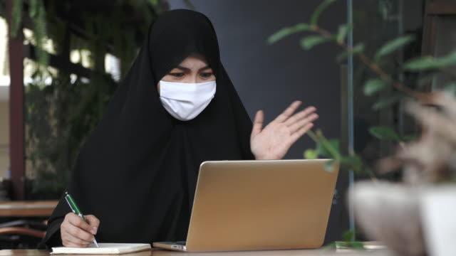 vídeos de stock e filmes b-roll de covid-19 effect : relationship and work - arábia saudita