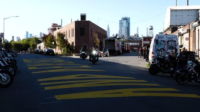 covid-19 pandemic. brooklyn, nyc. social distancing outdoor dining & leisure. - 不動産の看板点の映像素材/bロール