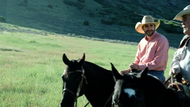 Cowboy und Senior Cowboy Reiten im Land