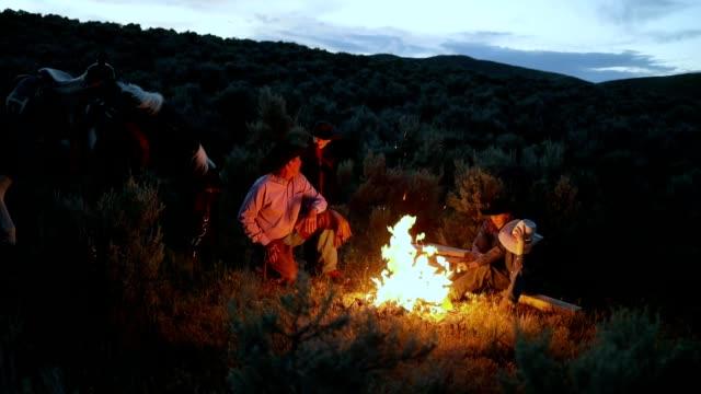 stockvideo's en b-roll-footage met cowboy familie kampvuur cookout - cowboy
