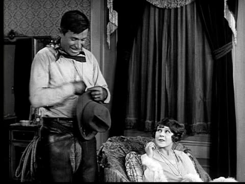 vidéos et rushes de b/w, ms, cu, cowboy (will rogers) giving daughter small crown, 1924 - 1924