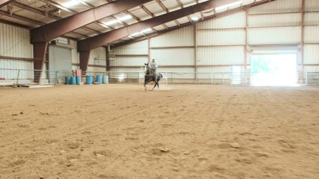 vídeos de stock, filmes e b-roll de prática de vaqueiro - montar um animal