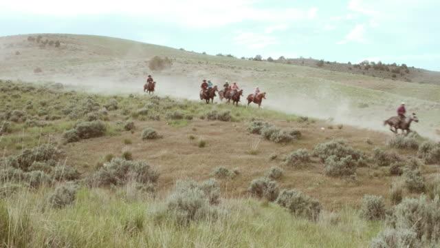 Cowboys und Cowgirls auf Pferden