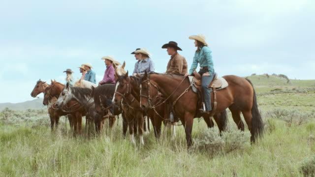 cowboys och cowgirls på hästar - galoppera bildbanksvideor och videomaterial från bakom kulisserna