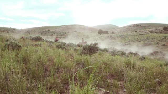 vidéos et rushes de cowboys et cowgirls sur les chevaux - ranch