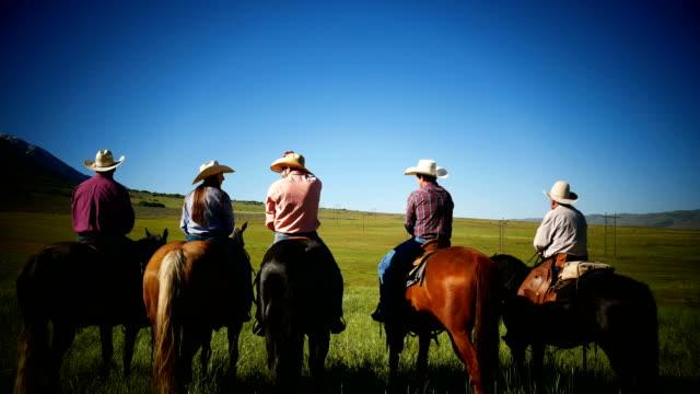 vidéos et rushes de cowboys et cowgirls chevauchant des chevaux de ranch - l'ouest américain