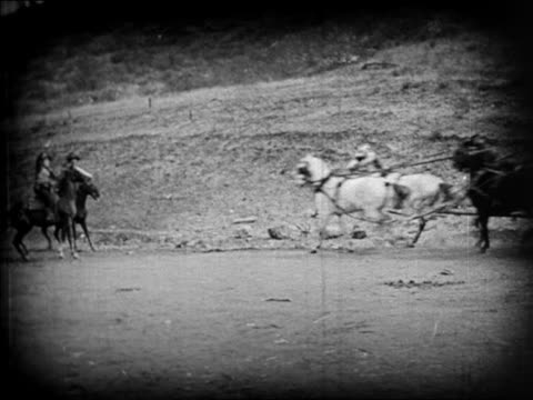 b/w 1924 2 cowboys holding up stagecoach / feature - pflanzenfressend stock-videos und b-roll-filmmaterial