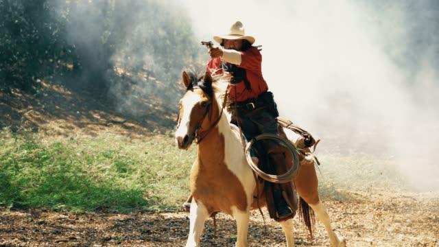cowboys zu pferd - cowboy stock-videos und b-roll-filmmaterial