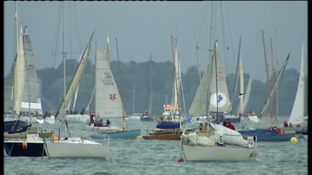 vidéos et rushes de katamaran in harbour sailing boats/yachts in harbour climate camp environmental protesters on roof of vestas plant port area martin shaw on roof with... - cowes