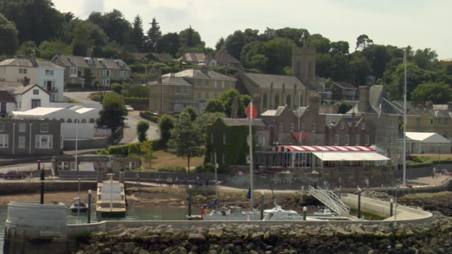 vidéos et rushes de aerial zo cowes waterfront featuring royal yacht squadron / cowes, isle of wight, united kingdom - cowes