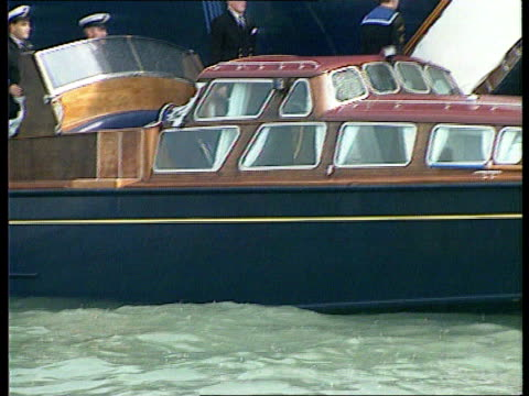 vidéos et rushes de isle of wight cowes duke of edinburgh down steps from britannia and onto launch ms side small yachts racing rl - cowes