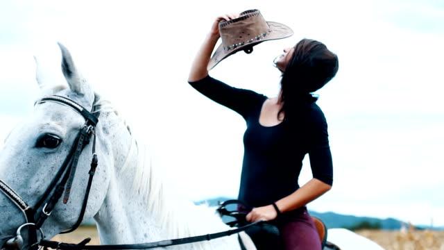 vídeos de stock, filmes e b-roll de cowgirl e cavalo branco - montar um animal