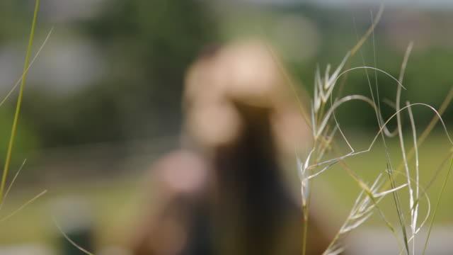 vídeos de stock e filmes b-roll de cowgirl at the fence - vedação