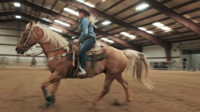 vídeos de stock, filmes e b-roll de prática de vaqueira - montar um animal
