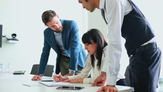 vídeos de stock, filmes e b-roll de coworkers discussing strategy - envolvimento dos funcionários