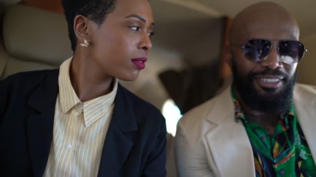 vidéos et rushes de collègues ayant une réunion à l'intérieur d'un jet d'entreprise et utilisant des gadgets - avion privé d'entreprise