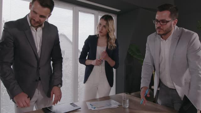 colleghi in un ufficio aziendale che hanno una riunione di lavoro - abbigliamento da lavoro formale video stock e b–roll
