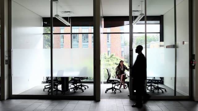 vídeos de stock e filmes b-roll de ws coworkers in discussion in conference room businessman  walking in hallway outside/seattle, washington, usa  - sala de conferência