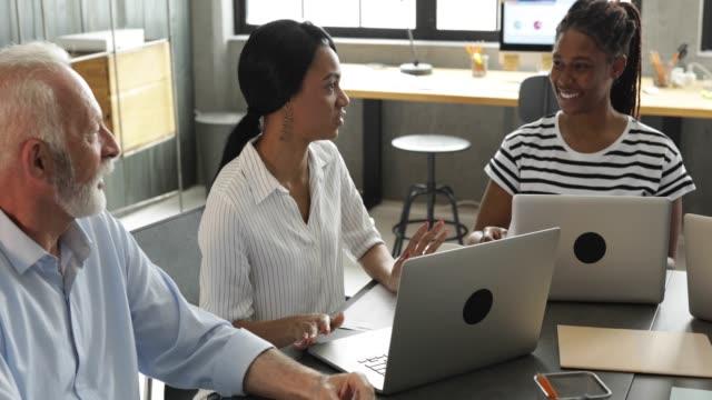 vídeos de stock, filmes e b-roll de colegas de trabalho na reunião - coworking space