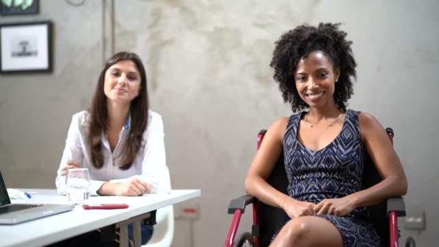 vídeos de stock, filmes e b-roll de retrato de colegas de trabalho no local de trabalho - cadeira de rodas equipamento ortopédico