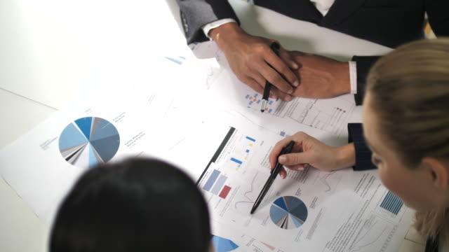 会社の成長のためのドキュメントに関するビジネスプランを準備する同僚、プロのチームワーク - document点の映像素材/bロール