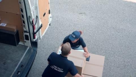 vidéos et rushes de collègues se précipitant pour charger des paquets dans un fourgon de livraison - décharger