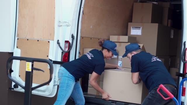 vidéos et rushes de collègues se précipitant pour charger des paquets dans un fourgon de livraison - carrying