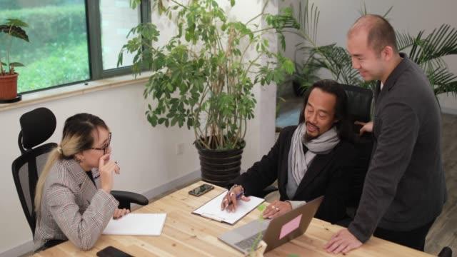 Mitarbeiter sprechen während der Sitzung