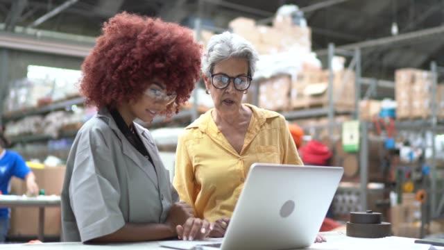 vidéos et rushes de collègues utilisant l'ordinateur portatif dans l'industrie - classe ouvrière