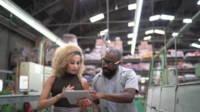 mitarbeiter gehen und tablet in der industrie verwenden - software stock-videos und b-roll-filmmaterial