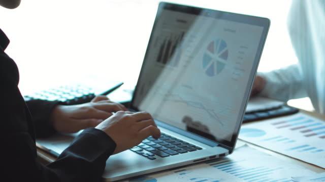 co-working business team consulting möte planeringsstrategi och brainstorming nytt affärsprojekt möte diskuterar plan financial graph data. - kurva bildbanksvideor och videomaterial från bakom kulisserna